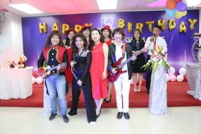 Khải Minh mừng sinh nhật Giám đốc